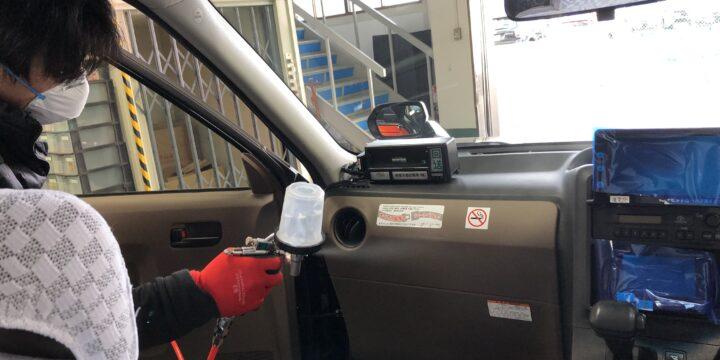 タクシー車内にラーフエイドを吹き付けています。